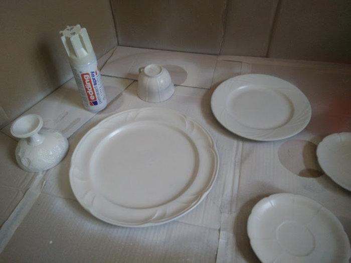 Vaisselle décorée avec de la dentelle et de la peinture en spray- Peindre la vaisselle en blanc crème