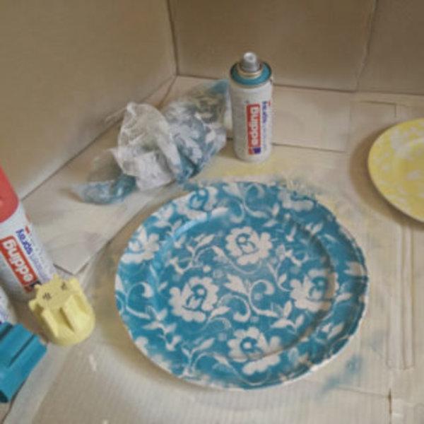 Vaisselle décorée avec de la dentelle et de la peinture en spray- Peindre une autre couleur sur la dentelle