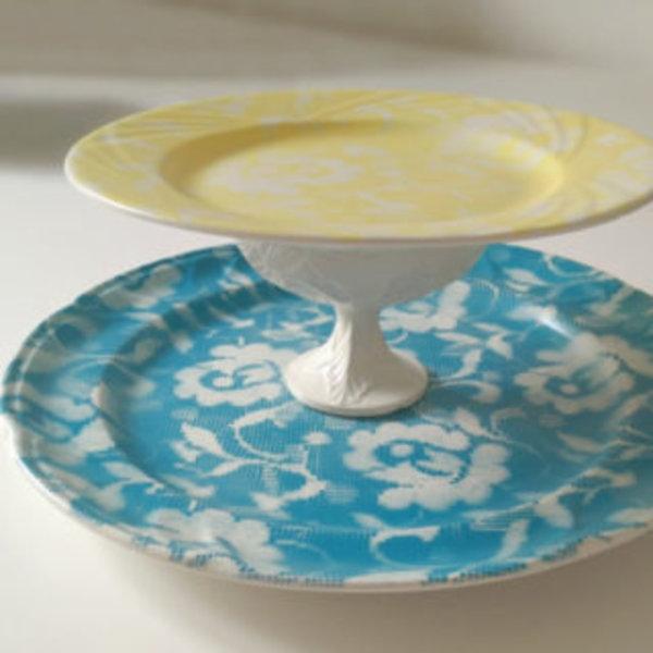 Vaisselle décorée avec de la dentelle et de la peinture en spray- C'est fini !