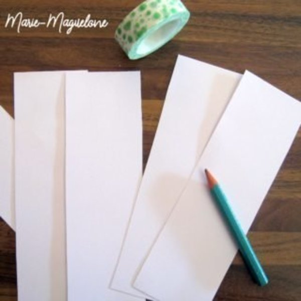 Fête des pères : marque-page et masking tape- Découpe des bandes de papier pour créer les marques pages
