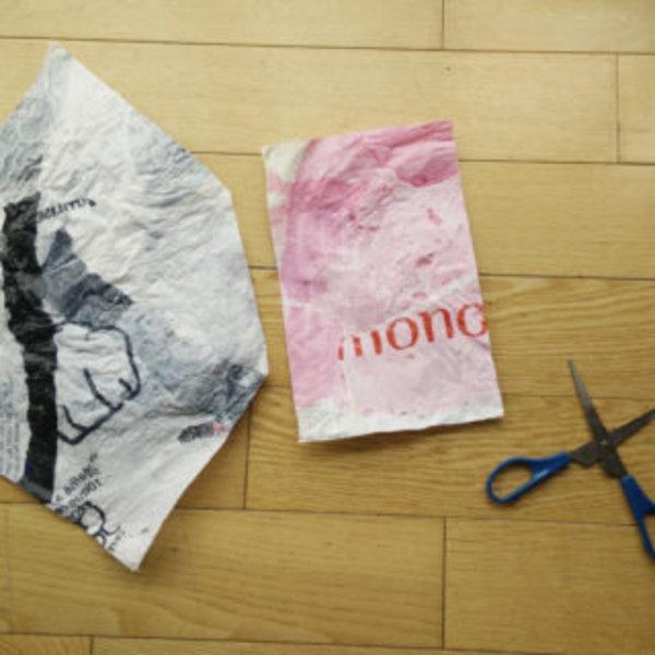 Une pochette avec des sacs plastiques fusionnés- Créer un patron et découper le plastique