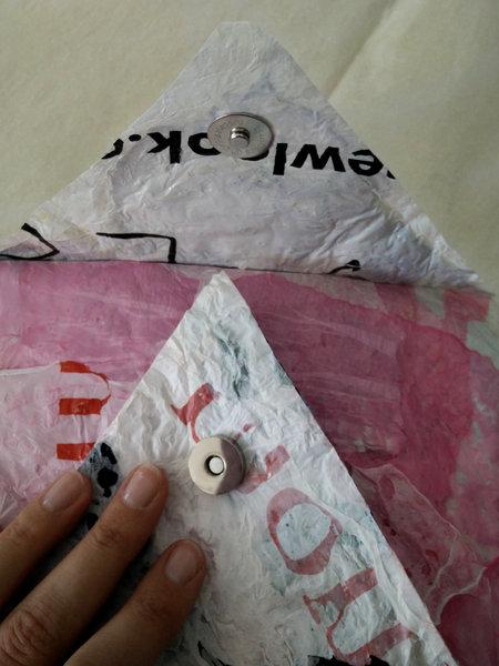 Une pochette avec des sacs plastiques fusionnés- Attacher le fermoir magnétique