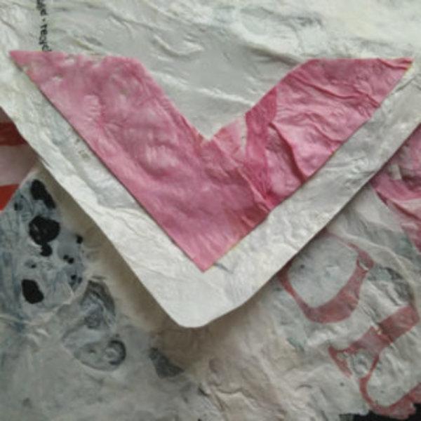 Une pochette avec des sacs plastiques fusionnés- Coller un morceau de plastique pour cacher le fermoir magnétique