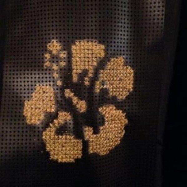 Cadre de déco à partir d'un rideau pare-soleil et d'un cadre photo- Coudre au point de croix votre image