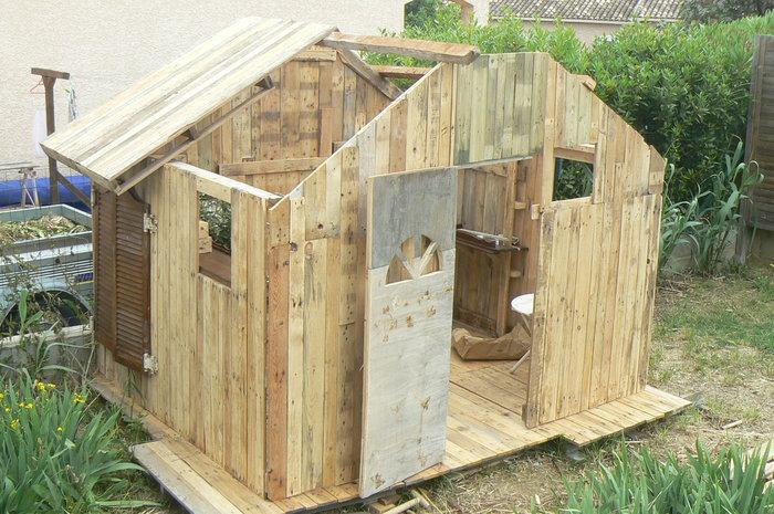 Une cabane pour enfant en palettes- mise en place du toit