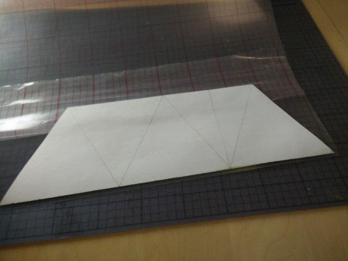Une lampe en carton recyclé- Coller le polyphane sur le papier