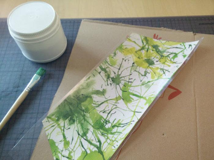 Une lampe en carton recyclé- Coller le papier sur le carton
