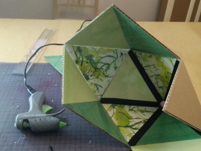 Une lampe en carton recyclé- Ajouter du ruban adhésif sur les joints