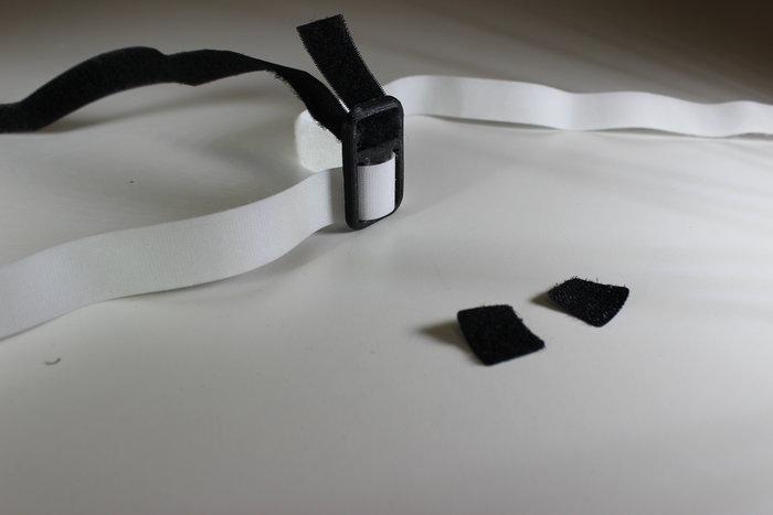 Lunettes de réalité virtuelle- Fixation des deux carrés adhésifs de velcro sur la bande supérieure