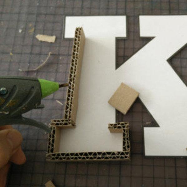 Lettres en rouleaux de papier toilette- Collez des bandes de carton tout autour de la lettre