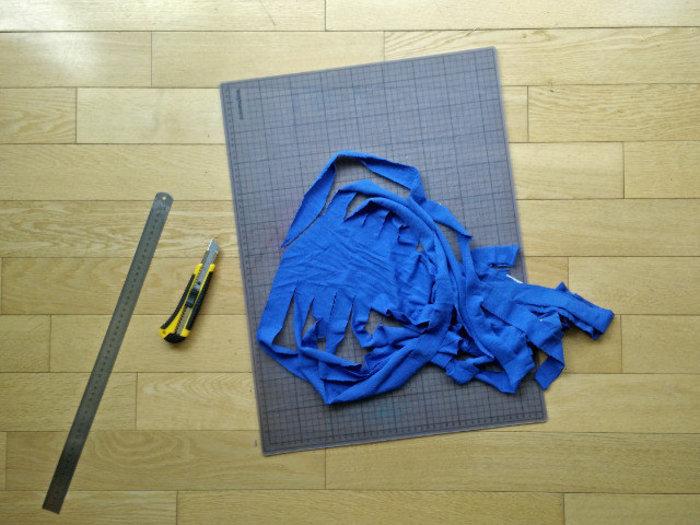 Du fil de t-shirt- Ouvrez le tube d'un côté, et couper en diagonale dans la première lamelle.