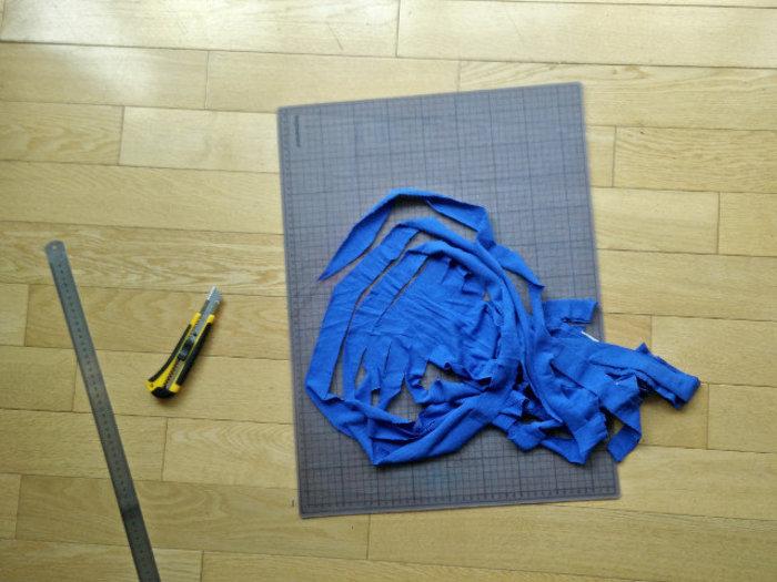 Du fil de t-shirt- Coupez en diagonale d'une lamelle à l'autre pour créer une bande continue de tissu.