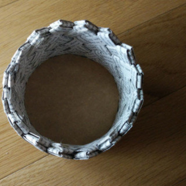 Un panier fabriqué avec un livre recyclé- Collez la base de votre panier en place