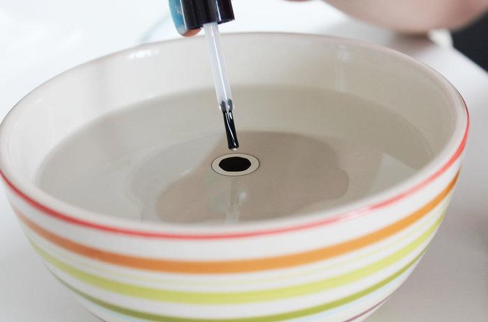 DIY déco : une tasse marbrée avec du vernis- Réaliser le marbre à la surface de l'eau