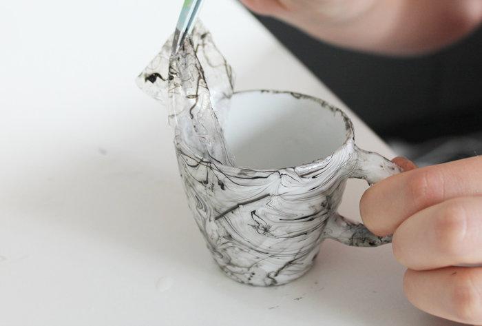 DIY déco : une tasse marbrée avec du vernis- Retirer le scotch