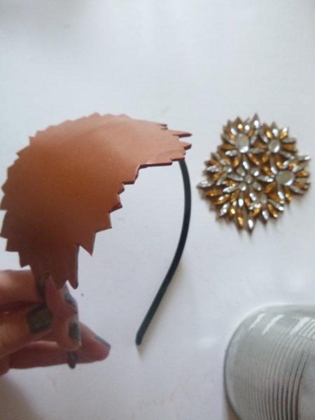 Serre-tête étincelant et vintage pour un mariage- Placer la pâte sur le serre-tête en métal