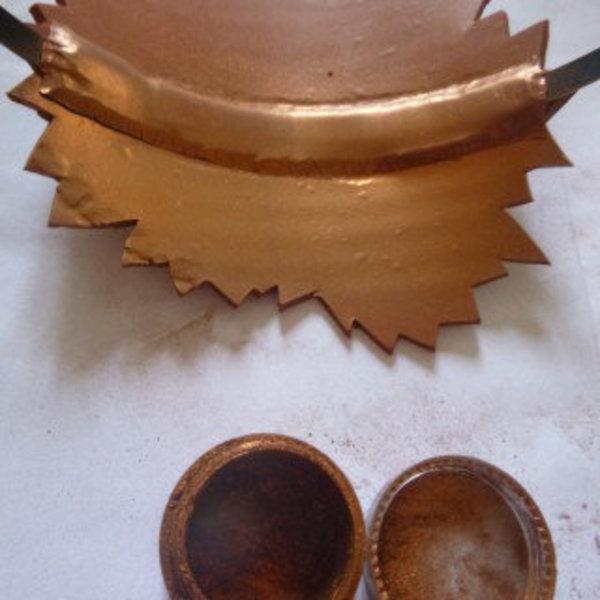 Serre-tête étincelant et vintage pour un mariage- Utiliser un outil pour faire adhérer la bande de pâte à la pâte du serre-tête