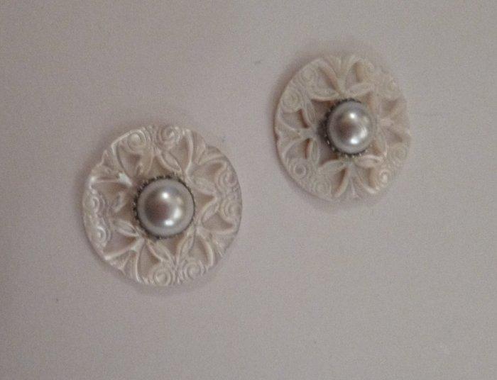 De belles boucles d'oreilles pour la mariée !- Coller les sertis au milieu des boutons de nacre