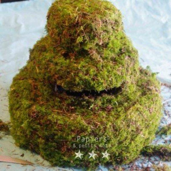 Une urne de mariage végétale- Recouvrir le support de mousse végétale