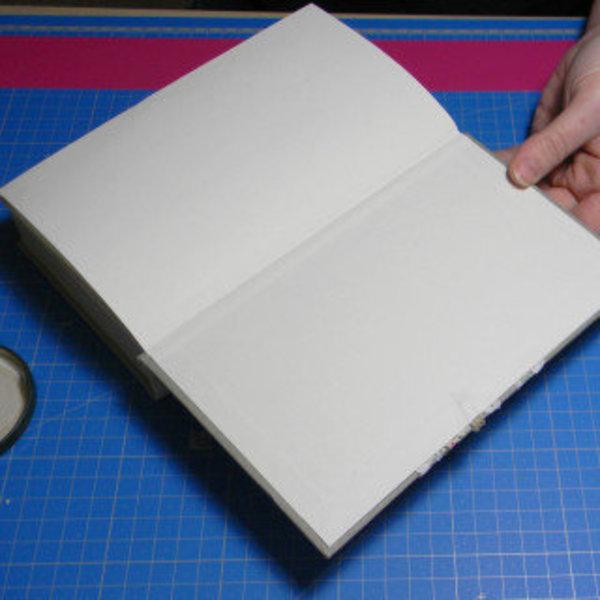 Livre creusé porte-alliances vintage- Finition intérieure de la couverture du dessus