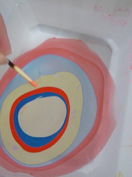 Créer des petites cartes colorées et personnalisées avec du vernis à ongles !- Déposer les gouttes de vernis dans l'eau et dessiner des formes