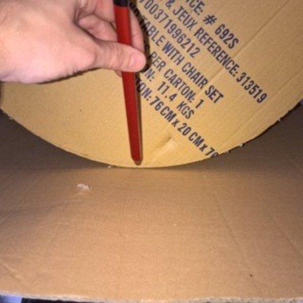 Que faire des cartons et autres emballages cadeaux- Ajouter les contours de la table en carton