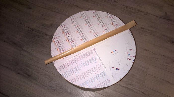 Que faire des cartons et autres emballages cadeaux- Fabriquer l'assise avec de vieux calendriers