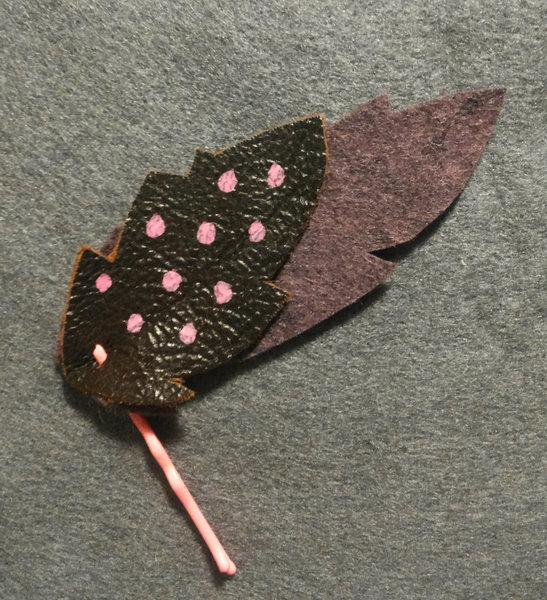 Des jolies barettes d'indiennes en cuir et en feutrine- Décoration et finition