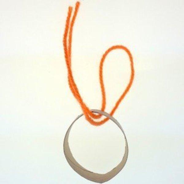 Mini Bonnet Pompon Décoratif- Enfiler les fils sur votre anneau