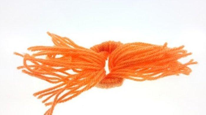 Mini Bonnet Pompon Décoratif- Passer tous les fils dans l'anneau