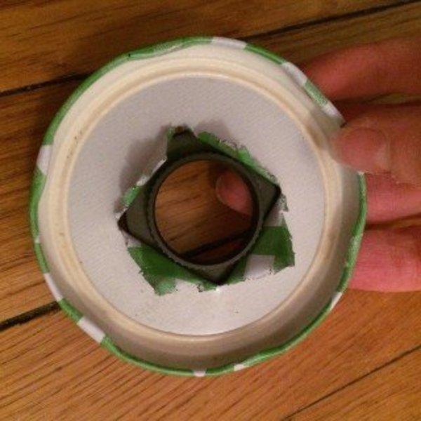 Abat-jour upcycling : donner une seconde vie à un bocal de confiture- L'ouverture du couvercle