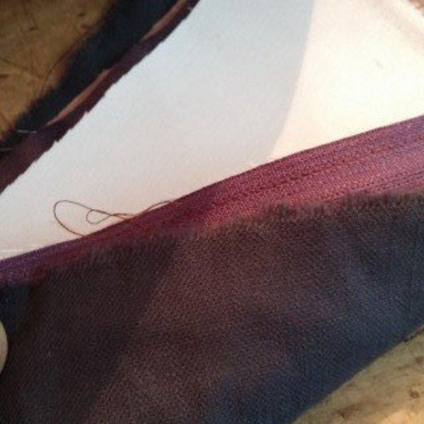 Une joli pochette en simili- Couture de la fermeture éclair