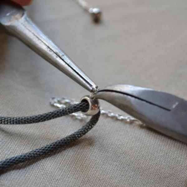 Collier scintillant pour petite robe décolletée- Placer les breloques sur la bélière