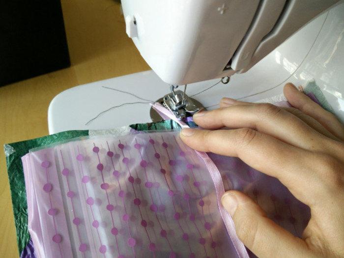 Un portefeuille en sacs plastiques fusionnés- Coudre les sacs ensemble avec la feuille de plastique fusionné