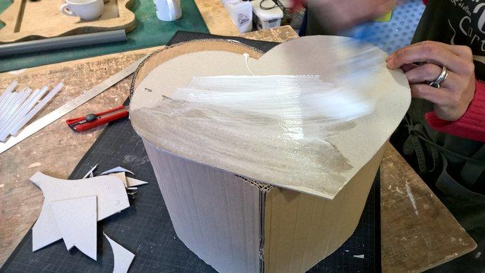 Pouf en carton en forme de coeur pour les grands et les petits- L'assemblage extérieur du pouf en carton
