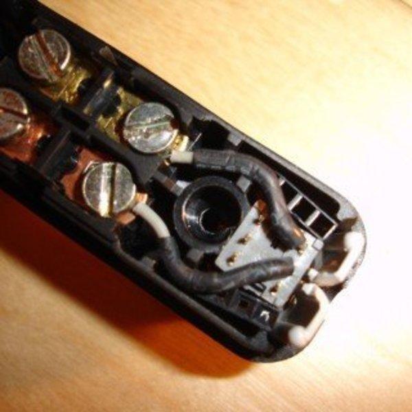 Une commande filaire pour boîtier Pentax K10D- Insérer le bouton poussoir dans l'interrupteur