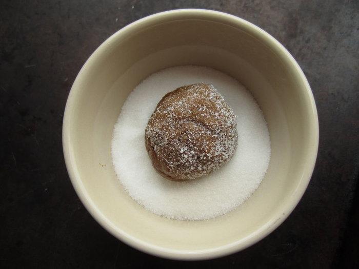 Cookies vegan au gingembre- formez des cookies et «trempez les» dans du sucre