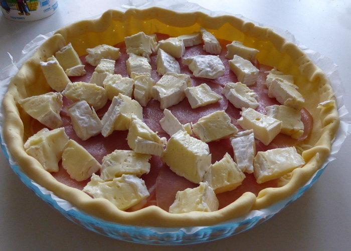 Tarte camembert – bacon- Garniture de la tarte avec le camembert