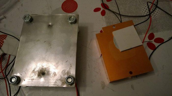 Transformer la chaleur en électricité- La découpe de la plaque de métal et coller les générateurs