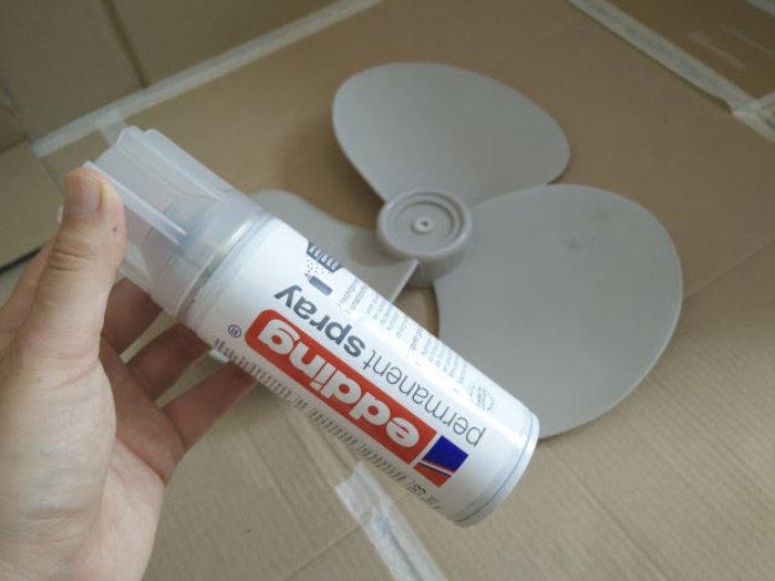 Ventilateur arc en ciel avec de la peinture en spray-Preparer les surfaces plastiques avec l'apprêt pour plastique