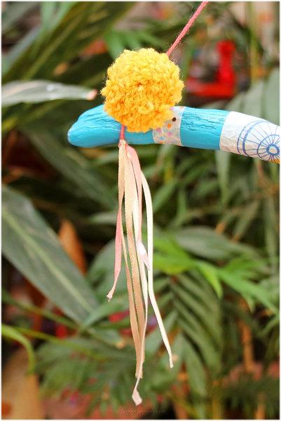 Un support à colliers en bois flotté-Décorer la branche peinte