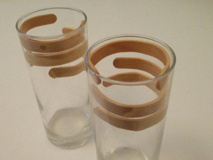 Bijoux avec des bâtons de glaces-Courber les bâtons et posez-les à l'intérieur du verre