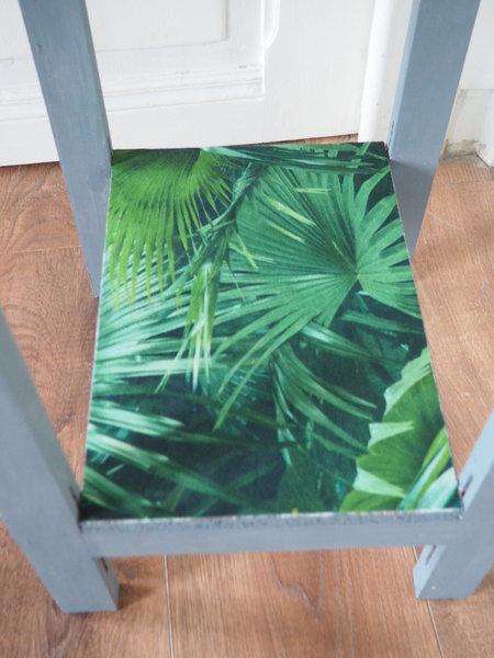 La table jungle fever-Etape 3 : le papier peint et l'installation des plantes