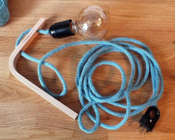 Baladeuse en tricotin-Installer l'équerre au mur