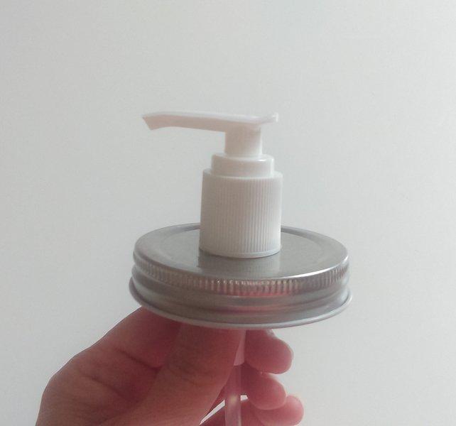 """Un distributeur de savon """"vintage""""-Mise en place de la pompe"""