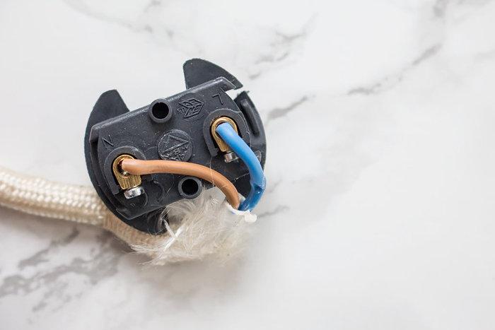 Ma lampe Mason Jar-Fixer les fils électriques au dé