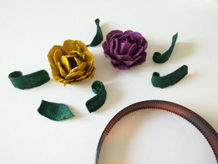 Roses fabriquées avec des boîtes d'oeufs-Collez les fleurs au serre-tête
