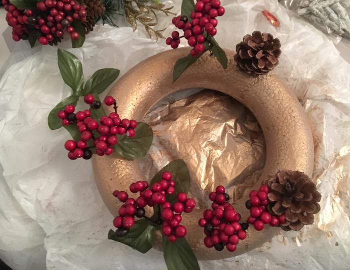 Couronne de Noël nordique cuivrée-Etape 2 : Disposer les décorations