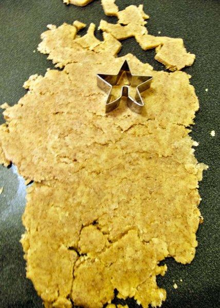 Sablés de Noël sans beurre-Etaler la pâte au rouleau.
