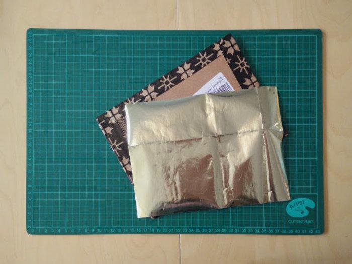 Un album photo en papier d'emballage recyclé-Couvrir le carton avec du papier d'emballage